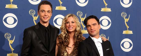 Jim Parsons, Kaley Cuoco y Johnny Galecki en los Emmy 2009